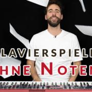 mann an keyboard wirft notenblätter in die luft