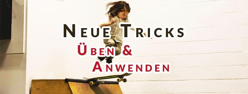 """Kind mit Skateboard springt mit Text Overlay """"Neue Tricks"""""""