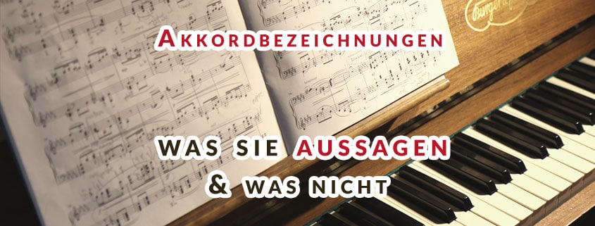 Klavier mit Noten und Schrift Overlay Akkordbezeichnungen
